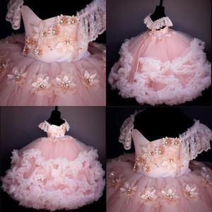 2019 Pink Flower Girls Dresses para la boda Flores hechas a mano del vestido de bola princesa girl desfile de vestidos de comunión de los niños vestido de manga casquillo de encaje