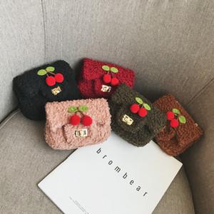 Детские сумки дети девушки Принцесса кошельки Осень Зима корейский мода новорожденных девочек флис сумки милый вишня мини цепи креста тела мешок