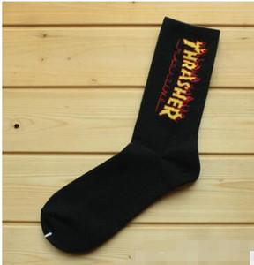 Los atletas Estilo Hip Hop del adolescente del estudiante calcetines largos bordado de la letra calentadores de la pierna Calcetines a rayas envío