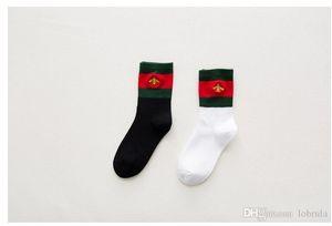 Erkekler Kadınlar Boyutu 36-39 2 Renk Siyah Beyaz Kış Çorap Yeni Sonbahar Kore ve Gelişimi Amerika Moda Küçük Arı Çorap