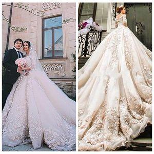 2018 lujosos apliques de encaje Vestidos de boda de la iglesia del castillo de Michael Cinco Una línea de flores adornadas con cuentas adornadas en tren de catedral Vestidos de novia