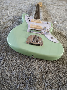 Jaguar Electric Gitarre, Silberzubehör, holzfarbener Hals, weißer Blumenschutz, P90-Pickup