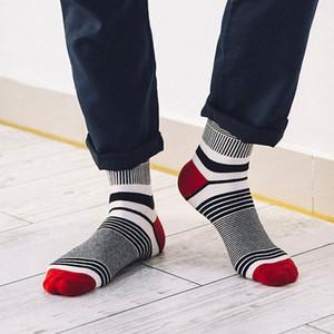 10 زوجا / لوط نمط العلامة التجارية الجديدة الرجال الجوارب الأزياء الملونة مخطط Meias القطن سوك رخيصة كول بيع رجل سعيد الجوارب Calcetines هومبر الساخن