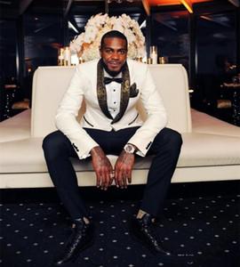 2018 hübsche weiße Hochzeit Smoking Gold Muster Laple Anzüge Günstige ein Knopf Bräutigam Anzug (Jacke + Pants + Taschentuch + Krawatte)