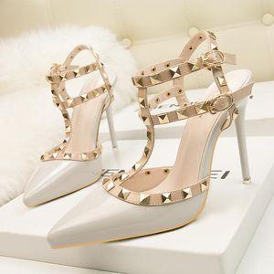 Los zapatos de tacón alto de la manera de las mujeres atractivas remangan los zapatos de charol Ahuecan las sandalias de la señora Party Shoes Nightclub Dress Shoes