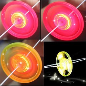 Tirare a mano luminoso volano Flying Saucer Glow Giocattoli Led luminoso oys novità Flash Gyro per i bambini del regalo di compleanno Giocattoli 0 43sc gg