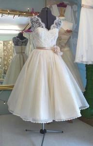 새로운 실제 이미지 짧은 웨딩 드레스 2019 사용자 정의 브이 - 넥 꽃 새시 민소매 - 라인 차 길이 레이스 신부 가운