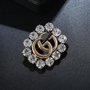 Arbeiten Sie heiße Kristalldiamantbuchstabebrosche hohle Corsagenbrosche weibliche Modeschmuckkleid-Hochzeitszusätze um