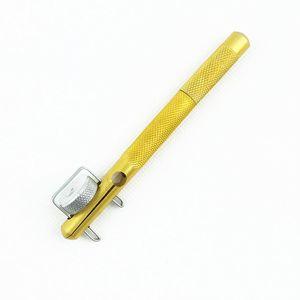 Металлический крючок связали крючки связали вручную контроль двойной нити завязывая небольшой крюк рыболовные снасти рыболовные принадлежности рыболовные снасти