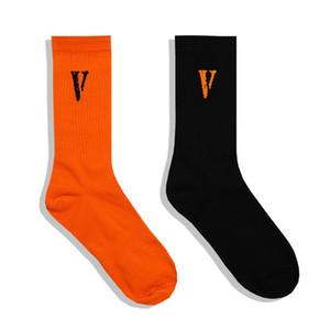 Lettre imprimée V Chaussettes imprimées en bas noir et orange pour hommes Femmes Mode Skateboard Hip-Hip Chaussettes