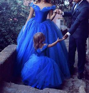 Fuori dai vestiti da sera convenzionali della spalla porta gli abiti lunghi da promenade del partito di promenade della madre e della figlia Abiti arabi di alta spaccatura