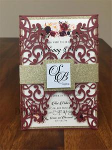 Belle Marsala Bourgogne Shimmer Invitation de mariage comprend une poche coupée au laser, une bande de ventre de paillettes d'or, une enveloppe d'invitation imprimée