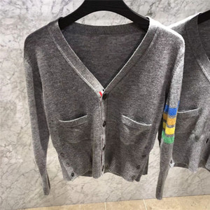 De haute qualité en laine mérinos en tricot gris clair Polychrome Engineered 4-Arm Bar rayé à encolure en V Cardigan courtes Pulls femmes des hommes