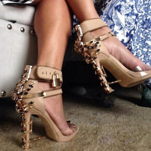 2019 Projeto Gladiator PVC Sandal Mulheres Transparente Rhinestone Diamante Jeweled sapata do salto alto Mulher tornozelo-Bracelete de metal bloqueio Sandal