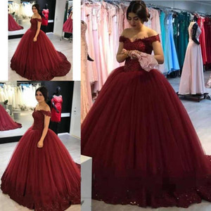 2018 Quinceanera Ball Gown Abiti Off spalla bordeaux in pizzo Appliques perline 16 arabo lungo Puffy Tulle Plus Size abiti da sera prom party