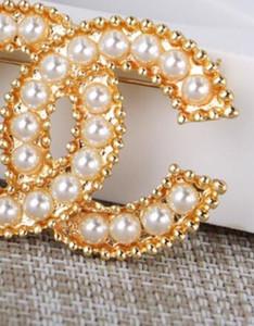 Novo designer pérola letra broche senhoras terno acessórios de moda presente de casamento jóias