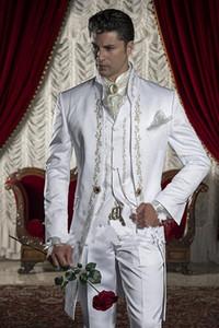 Vintage Bir Düğme Beyaz Nakış Damat Smokin Standı Yaka Groomsmen Best Man Düğün Balo Akşam Yemeği Takımları (Ceket + Pantolon + Yelek)