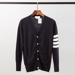 Suéteres de alta calidad de la lana pura de punto de los hombres 5-hebilla Plaqueta Engineered Blanca 4-Bar Brazo raya Cardigan clásico con cuello en V