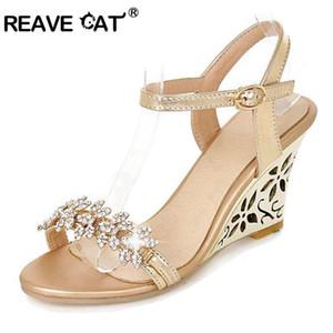 REAVE CAT новое прибытие сверкающие Моды Fretwork каблуки клинья сандалии горный хрусталь серебро золото летние сандалии Сексуальная продажа QL4277