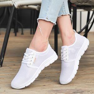 Los más nuevos zapatos deportivos de malla para mujeres estudiantes antideslizantes zapatos de tenis transpirables al aire libre blanco hembra zapatos de verano zapatos