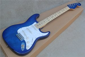 투명 한 파란색 몸과 st의 머리. 화이트 펄 프로텍터가있는 일렉트릭 기타