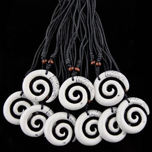 Mode En Gros 12 PCS / LOT Imitation Yak Os Sculpté Hawaiian Surf Blanc Spirale Maori Fishhook Pendentifs Colliers Amulette Cadeau MN247