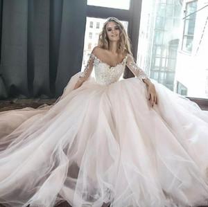 2018 새로운 우아한 오프 어깨 라인 웨딩 드레스 깎아 지른 긴 소매 레이스 Appliqued Tulle 긴 채플 트레인 웨딩 드레스를위한 가운