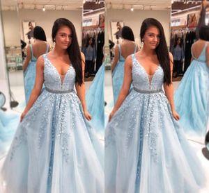 2018 Sky Blue A Line Abendkleider Tiefer V-Ausschnitt Ärmellose 3D Blumen Spitze Applique Perlen Backless Sash Lange Abendkleider Partykleider