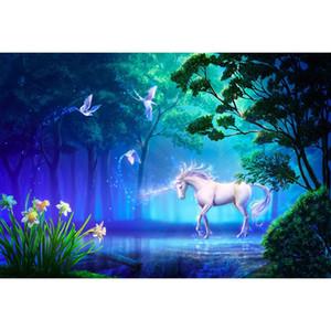 Incantevoli alberi di foresta bianca Unicorn Party Background Genie Piccioni Fiori Piante verdi Bambino Bambini Fiaba Foto Fondali