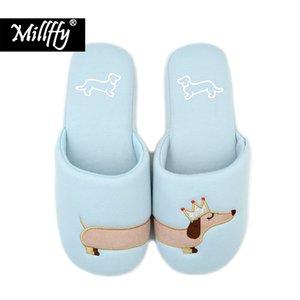 Les pantoufles en coton peluche Fuzzy Pink et bleu clair de Millffy pour femme glissent sur des pantoufles en peluche Teckel
