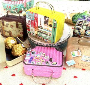Großhandel Vintage Koffer Form Süßigkeiten Aufbewahrungsbox Hochzeit Gunsten Tin Box Kleinigkeiten Organizer Container Kleine Dekoration