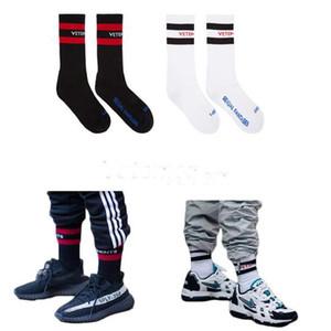 Vetements Socks Tide Brand Chaussettes pour Hommes Adolescent Hip-Hop Style Blanc Noir Long Chaussettes Lettre Broderie Athlétique Jambières Chaud À Rayures Chaussette