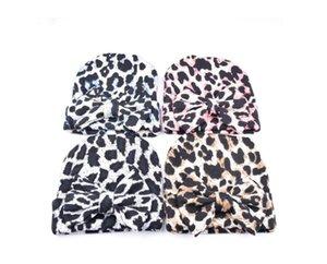 Berretti a cappello in cotone lavorato a maglia con stampa leopardo classica con fiocco all'uncinetto in stile coreano Cappellini caldi invernali per neonato