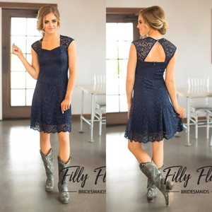 2019 Short Navy Blue Lace Brautjungfer Kleider Capped Ärmeln knielangen Trauzeugin Kleider Günstige Country Brautjungfer Kleid BM0179