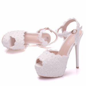 Neue weiße Spitzeblumen Schnalle Peep Toe Schuhe für Frauen High Heels Mode Stiletto Ferse Hochzeit Schuhe Platform Perlen Bridal Sandalen