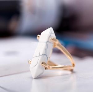 Anelli a forma di proiettile con prisma esagonale in pietra naturale con quarzo di cristallo, punto di guarigione, con charm in pietra chakra, anello placcato oro per le donne