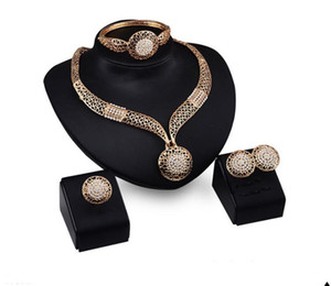 Exagéré ensemble de bijoux en strass métal évider collier bague et bracelet en un ensemble en gros