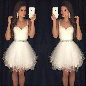2018 Beyaz Spagetti sapanlar Tül Mini Mezuniyet Elbiseleri Ruffles Boncuklu Taşlar Kısa Abiyeler Artı boyutu vestidos BA3623