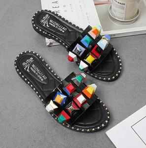 Zapatillas de mujer Remache Zapatillas de moda Zapatillas de playa Sandalias planas Zapatillas de tacón planas Diapositivas al aire libre Dama Zapatos casuales