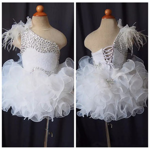 Una spalla 2019 Feather Beaded Rhinestone Girl Pageant Abiti Cupcake Little Flower Girls Abiti Bambini Toddler Glitz Birthday Infant
