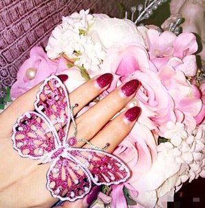 Moda de perlas de diamantes de imitación de color rosa mariposa suena grande para las mujeres exagerados gema abierta damas anillo de dedo de plata de la boda de novia