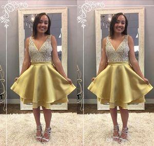 2018 Curto Ouro A Linha Cocktail Dresses V Neck Cristal Frisado Sem Mangas Na Altura Do Joelho Árabe Em Camadas Plus Size Prom Party Homecoming Vestidos