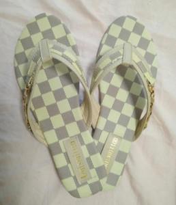 Yeni Yaz deri Kadın sandalet Plaj Mantar Terlik Flip Flop Shoes'un size35-42 ücretsiz Kargo üzerinde Casual Çift Toka Takunyalar Slaytlar Kadınlar Kayma