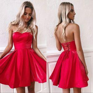 Kısa Kırmızı Homecoming Parti Elbiseler Küçük Straplez Backless Dantel-up Diz Boyu Saten Mini Balo Kokteyl Elbiseleri