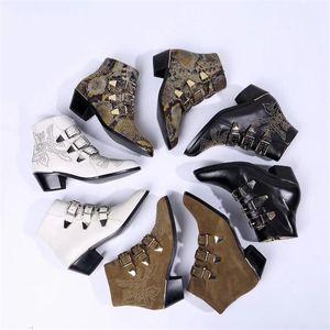 여성 수잔나 가죽 발목 부츠 패션 상자 전면 버클 스트랩 마틴 부츠와 함께 실제 나파 양가죽 Leahter 리벳 골드 신발