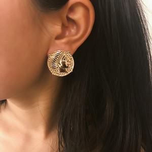 5 pares Vintage tallado 3D Coin retrato Stud Pendientes irregularmente en relieve humano Ear Studs estilo indio joyería del oído