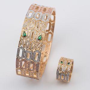 Set di gioielli di marca di moda di lusso Lady Brass Hollow out Full Diamond Green Eyes Snake Serpenti Set di anelli di bracciali in oro 18 carati (1 set)