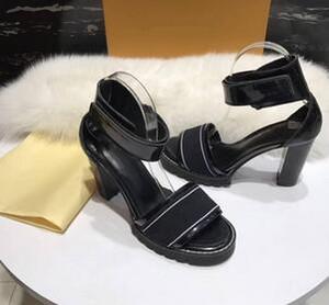 Neueste Luxus Frauen Beliebte Echtleder Knöchelriemchen Sandalen Blockabsatz komfortable elastische Sandale mit Originalverpackung