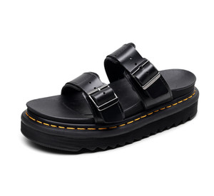Casal Verão New DR Mulher Chinelos de moda Buckle Slipper Homens Flats antiderrapante Início Grosso mujer Chinelos de fundo zapatos