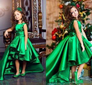 2019 High Low Mädchen Formal Wear-Kleid Atemberaubende Smaragdgrün Satin mit Rüschen besetzten Mädchen-Festzug-Kleid mit Rundhalsausschnitt Kurzkindergeburtstag-Party-Kleider